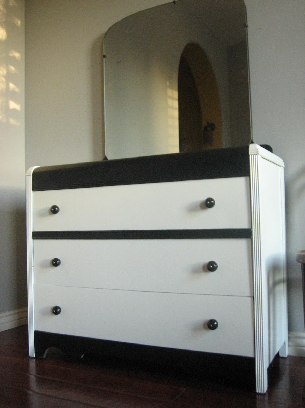 Dressers With Mirrors And Shelves