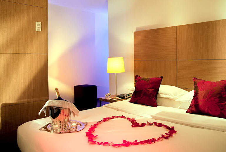 Romantic Bedroom Ideas With Rose Petals