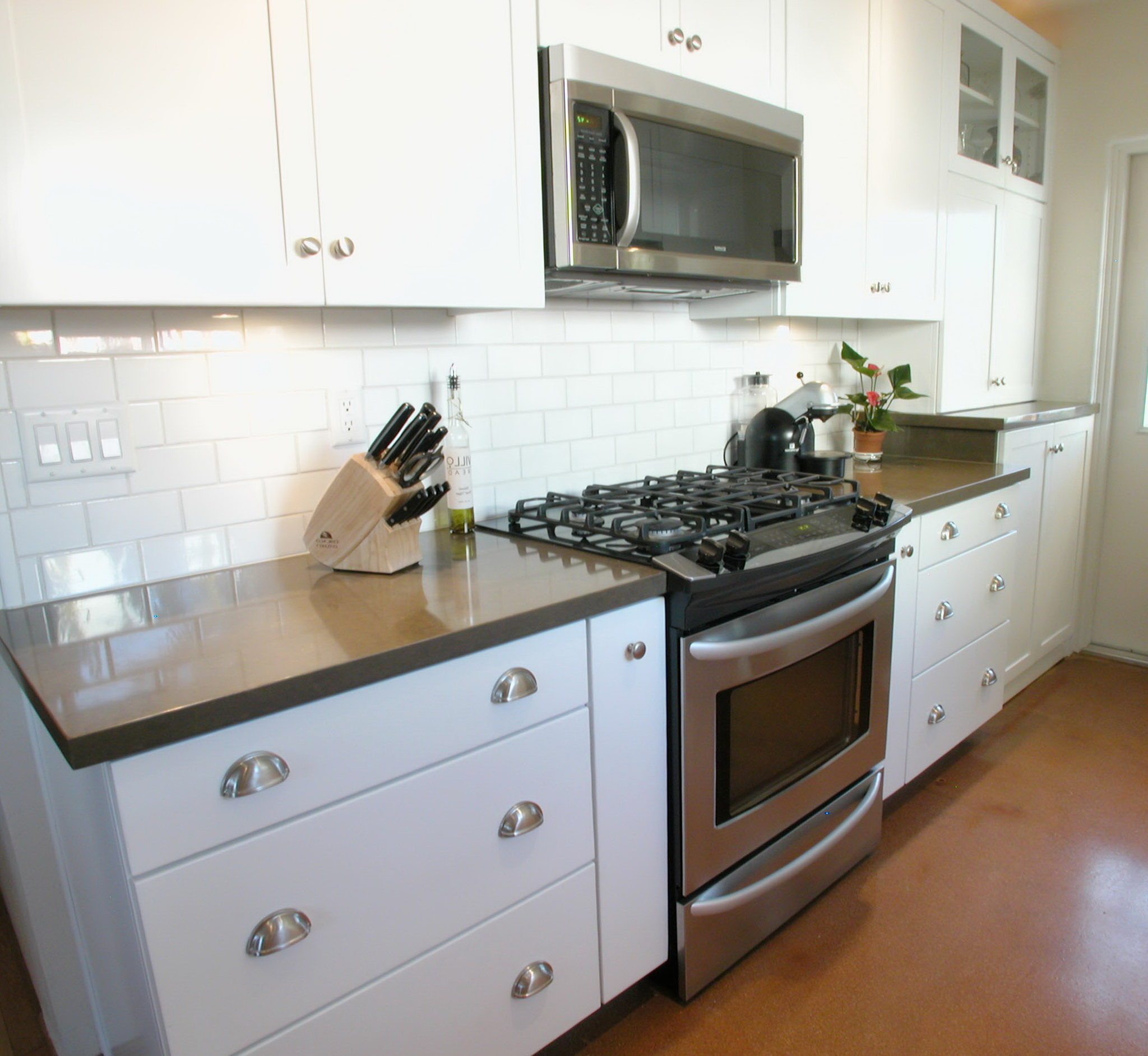 White Shaker Cabinets Backsplash